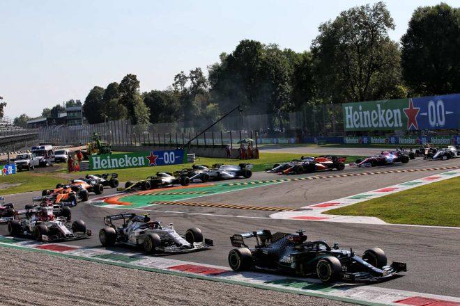 2020年F1第8戦イタリアGP 赤旗中断明け、トップでリスタートするもペナルティで最後尾まで後退したルイス・ハミルトン(メルセデス)