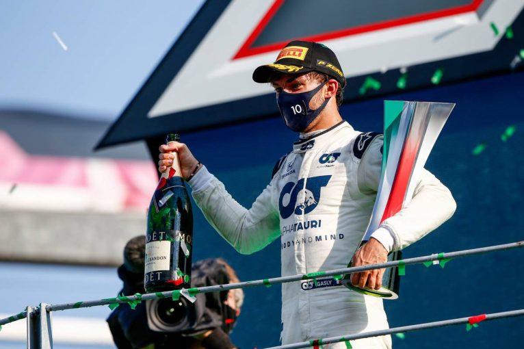 F1   ガスリー「リビングにあるトロフィーを見て、本当に勝ったのだと実感した」ハミルトンとの交友も明かす/優勝後インタビュー