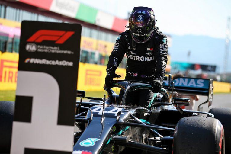 F1 | ハミルトン、Q2で劣勢から逆転し今季7回目のポール「ボッタスに勝つため必死に努力した」メルセデス【F1第9戦】