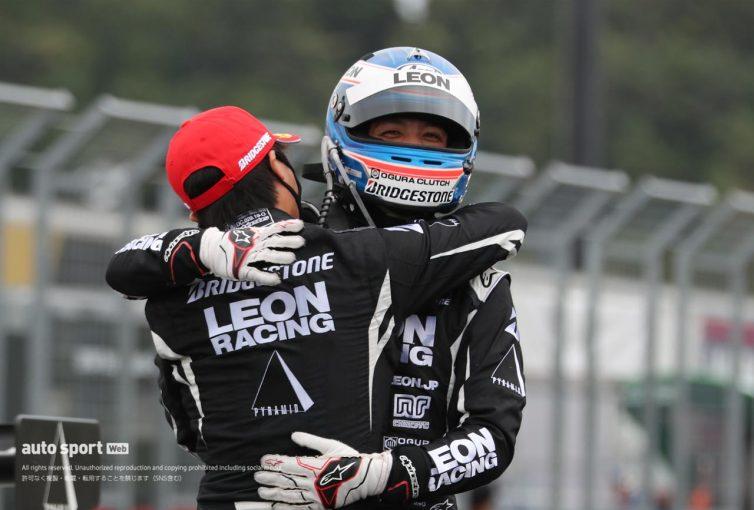 スーパーGT | 最後までアクシデント多発の展開。LEON PYRAMID AMGがタイヤ無交換作戦を完遂し今季初勝利【第4戦もてぎGT300決勝】