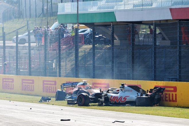 2020年F1第9戦トスカーナGP クラッシュしたケビン・マグヌッセン(ハース)とカルロス・サインツJr.(マクラーレン)