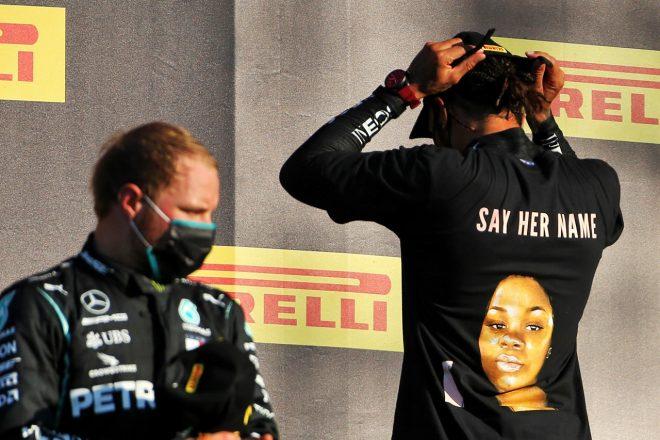 2020年F1第9戦トスカーナGP ルイス・ハミルトン(メルセデス)、ブレオナ・テイラーさんを殺害した警官への抗議の意向を示すTシャツを表彰台で着用