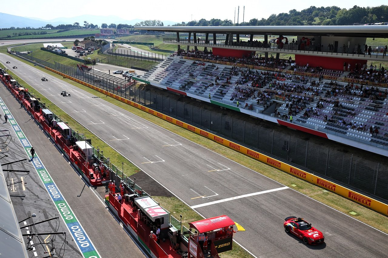 2020年F1第9戦トスカーナGP セーフティカーがバルテリ・ボッタス(メルセデス)らを先導して走行