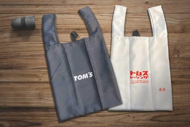インフォメーション   トムスからオリジナルエコバッグが登場。カーボンパターンのブラックと独自性の高いホワイト