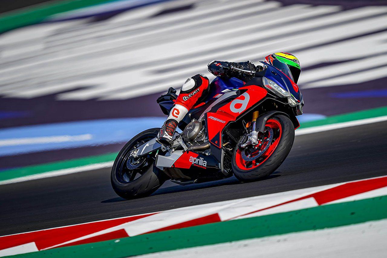 MotoGPライダーがミサノで10月から生産が開始されるアプリリアRS660をテスト
