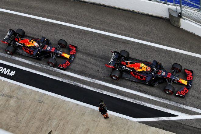 2020年F1第10戦ロシアGP アレクサンダー・アルボンとマックス・フェルスタッペン(レッドブル・ホンダ)