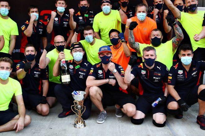 2020年F1第10戦ロシアGP マックス・フェルスタッペン(レッドブル・ホンダ)が2位獲得をチームと祝う