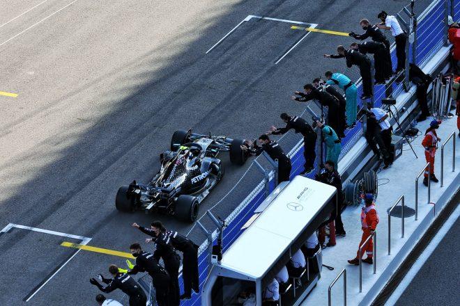 2020年F1第10戦ロシアGP 優勝したバルテリ・ボッタス(メルセデス)をチームが祝福