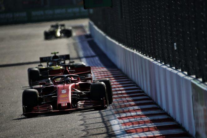 2020年F1第10戦ロシアGP ルノー勢の前を走るセバスチャン・ベッテル(フェラーリ)