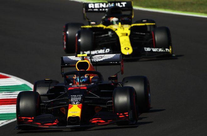 F1第9戦トスカーナGPでダニエル・リカルドを抜き去り、3位表彰台を獲得したアレクサンダー・アルボン。