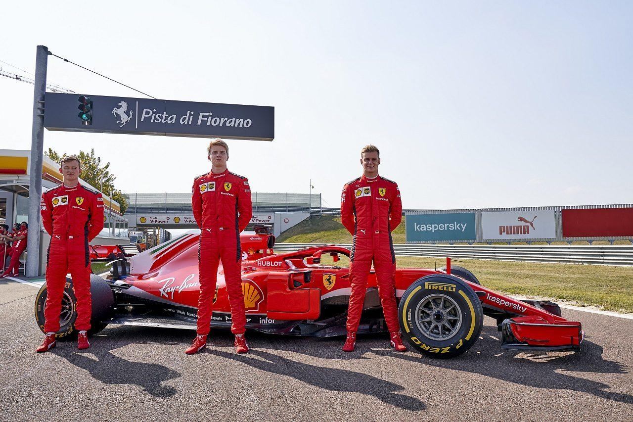 F1プラクティスデビューに備えてフェラーリSF71Hで走行したミック・シューマッハー、カラム・アイロット、ロバート・シュワルツマン