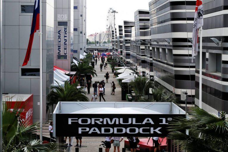 F1 | 3万人が来場したソチの新型コロナ対策には不満も。F1ドライバーのガールフレンドが検査で陽性に