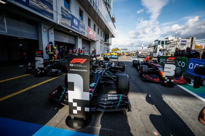 2020年F1第11戦アイフェルGP 予選トップ3のバルテリ・ボッタス(メルセデス)、ルイス・ハミルトン(メルセデス)、マックス・フェルスタッペン(レッドブル・ホンダ)