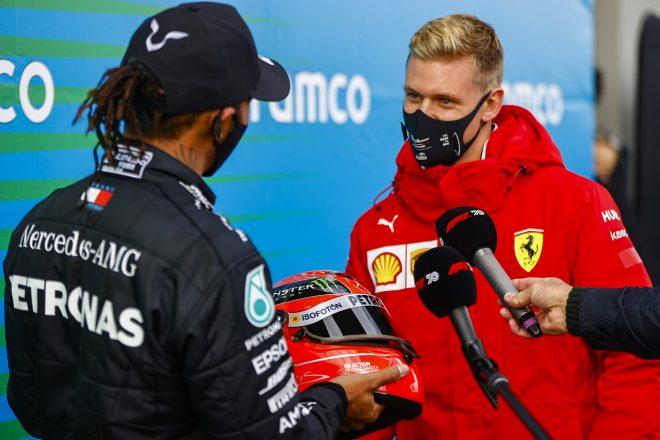 2020年F1第11戦アイフェルGP ミックがシューマッハー家を代表して、91勝達成のルイス・ハミルトン(メルセデス)を祝福、父ミハエルのヘルメットを贈る