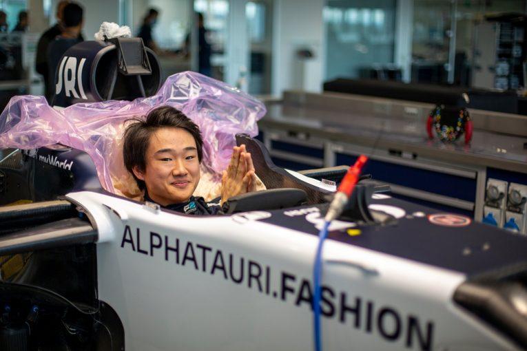 F1   【動画】角田裕毅、F1初テストに備えアルファタウリでシート合わせ