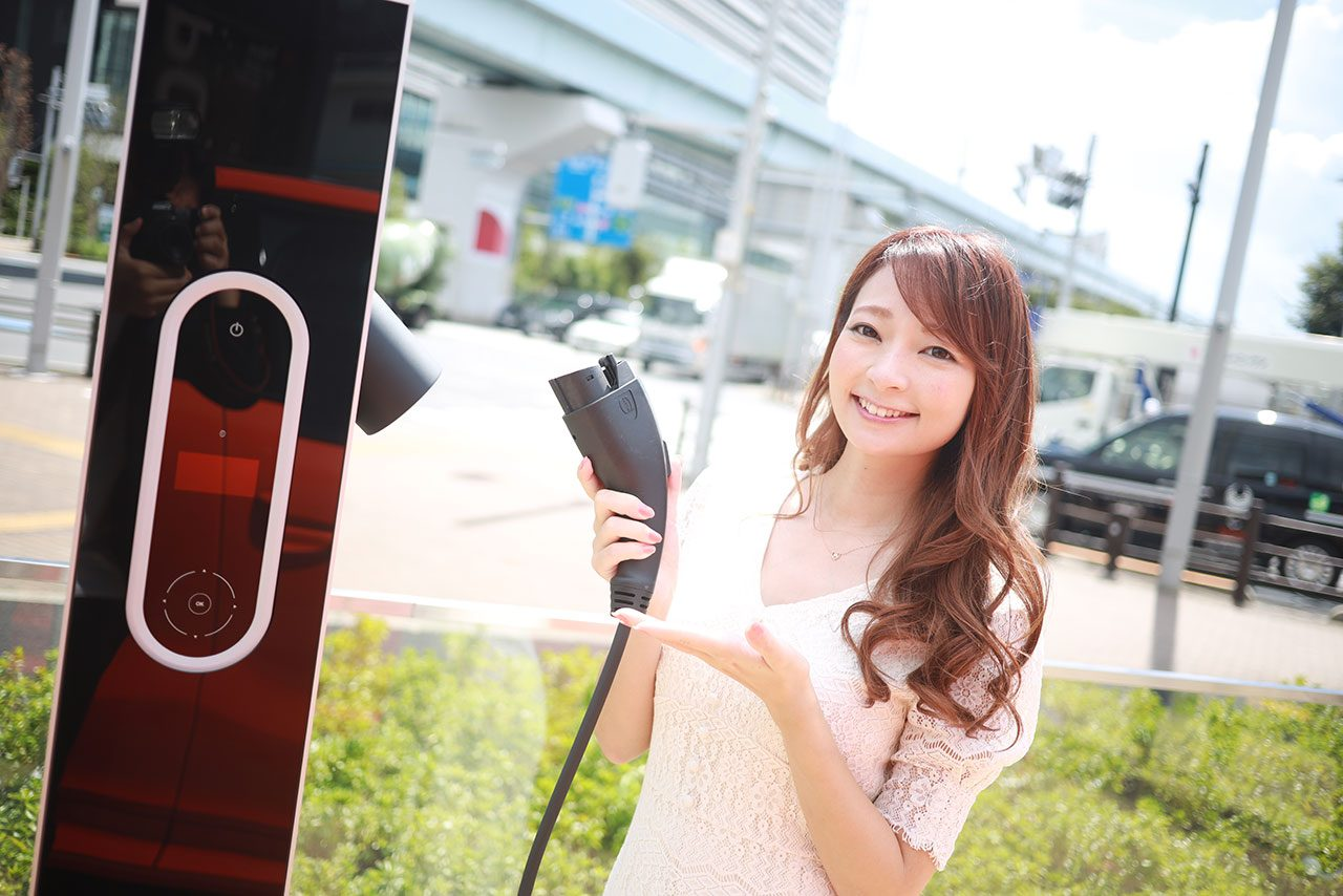 『Porsche NOW Tokyo』に元レースクイーンでレース参戦経験者の安藤麻貴が潜入調査!噂のタイカンに迫る