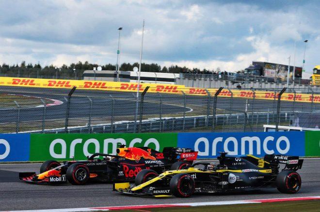 2020年F1第11戦アイフェルGP マックス・フェルスタッペン(レッドブル・ホンダ)に並びかけるダニエル・リカルド(ルノー)