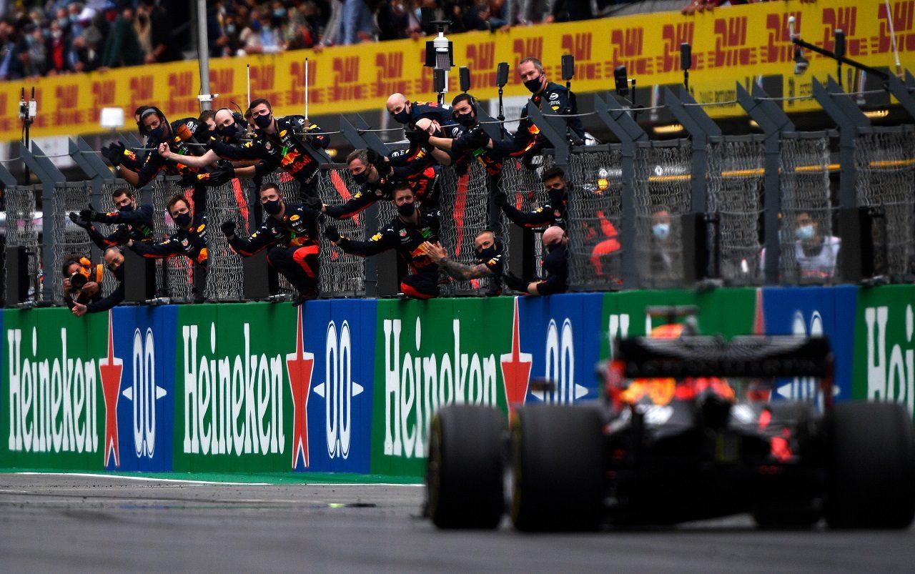 2020年F1第12戦ポルトガルGP 3位でフィニッシュするマックス・フェルスタッペン(レッドブル・ホンダ)を迎えるチームメンバーたち