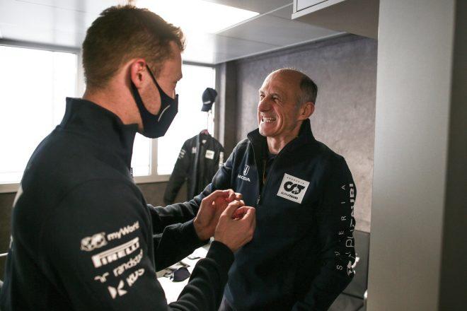 2020年F1第13戦エミリア・ロマーニャGP 4位獲得のダニール・クビアト(アルファタウリ・ホンダ)をフランツ・トスト代表が祝福