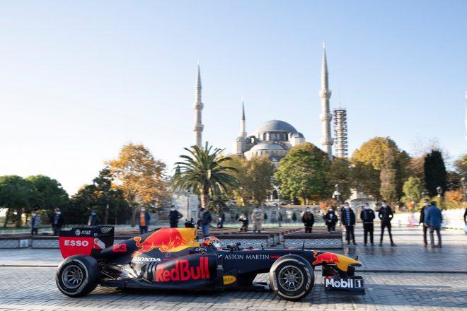 レッドブルとアルファタウリがトルコ・イスタンブールでショーラン。アレクサンダー・アルボンがRB7で走行