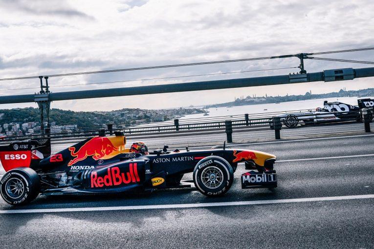 F1   レッドブル&アルファタウリF1がイスタンブールでショーラン。RB7でボスポラス橋を疾走