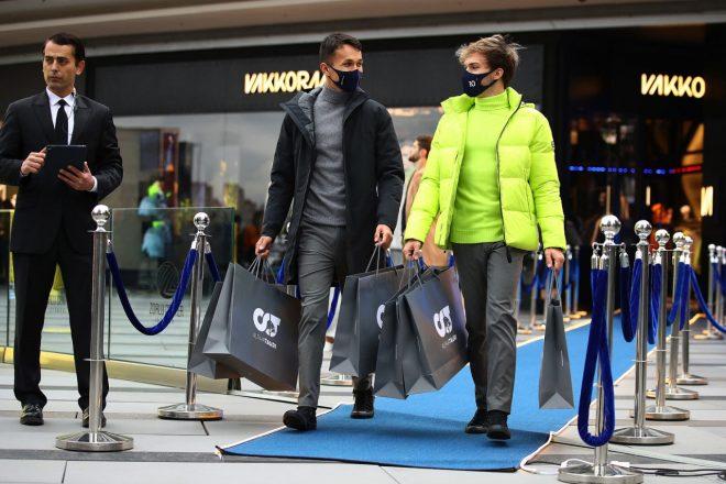 ファッションブランド、アルファタウリのトルコでのローンチに立ち会ったアレクサンダー・アルボン(レッドブル・レーシング)とピエール・ガスリー(スクーデリア・アルファタウリ)