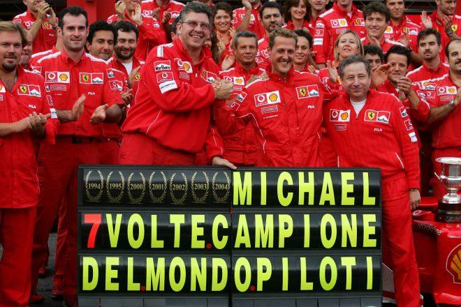 2004年F1ベルギーGP ミハエル・シューマッハーの7回目のF1タイトル獲得を祝うフェラーリチーム