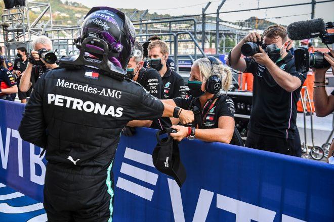 2020年F1ロシアGP ルイス・ハミルトン(メルセデス)とフィジオのアンジェラ・カレンさん