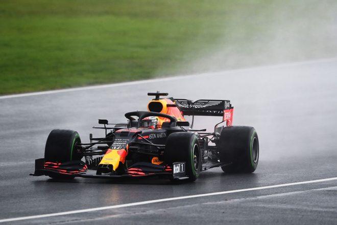 2020年F1第14戦トルコGP インターミディエイトタイヤを履いてアタックを行うマックス・フェルスタッペン(レッドブル・ホンダ)