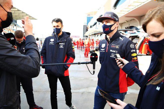2020年F1第14戦トルコGP インタビューを受けるマックス・フェルスタッペンとアレクサンダー・アルボン(レッドブル・ホンダ)
