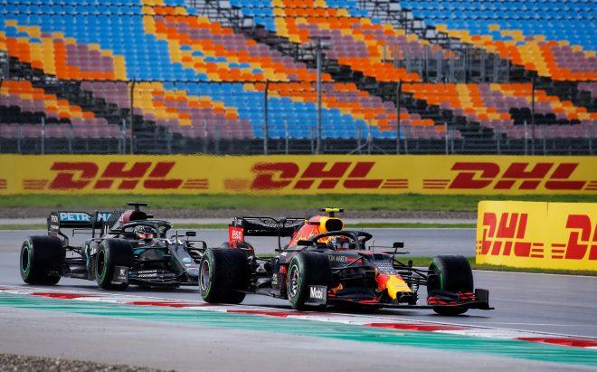 2020年F1第14戦トルコGP アレクサンダー・アルボン(レッドブル・ホンダ)がルイス・ハミルトン(メルセデス)とバトル