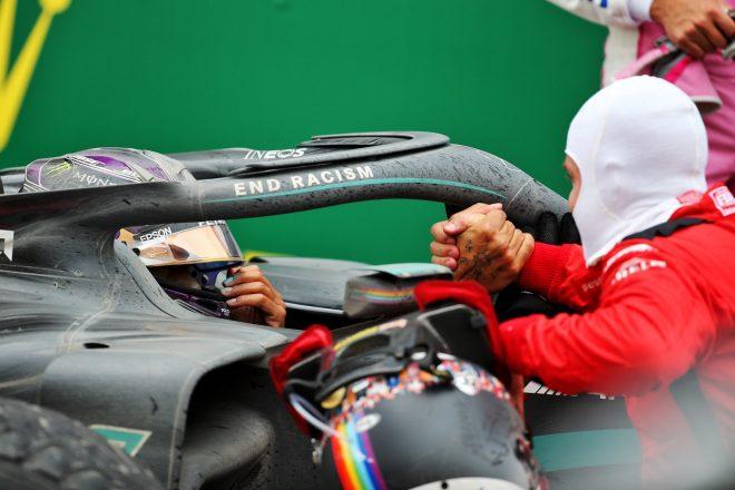 2020年F1第14戦トルコGP 優勝し7度目のタイトルを獲得したルイス・ハミルトン(メルセデス)をセバスチャン・ベッテル(フェラーリ)が祝福