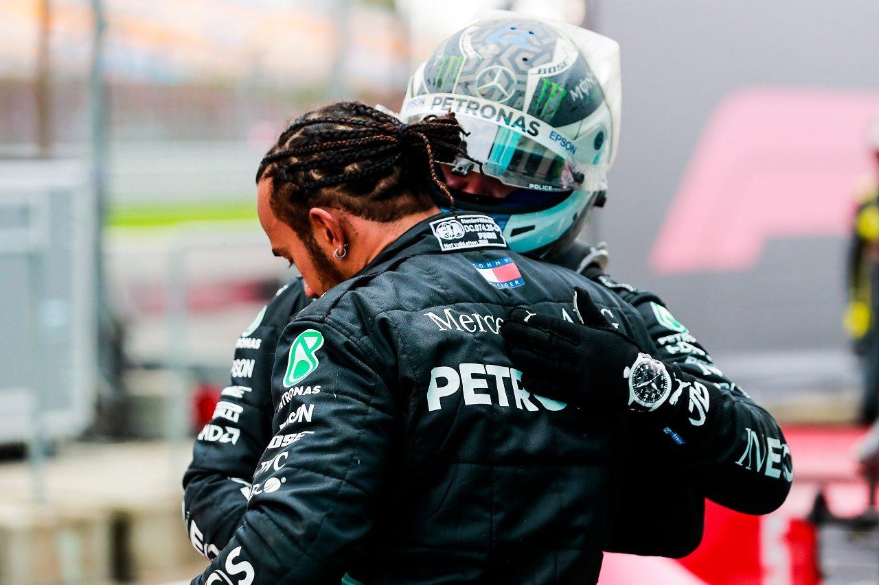 2020年F1第14戦トルコGP タイトルを獲得したルイス・ハミルトンを祝福するバルテリ・ボッタス(メルセデス)