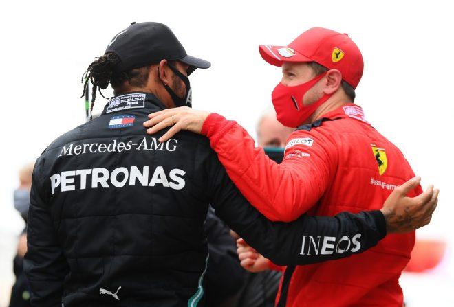 2020年F1第14戦トルコGP セバスチャン・ベッテル(フェラーリ)がウイナーで2020年タイトルを獲得したルイス・ハミルトン(メルセデス)を祝福