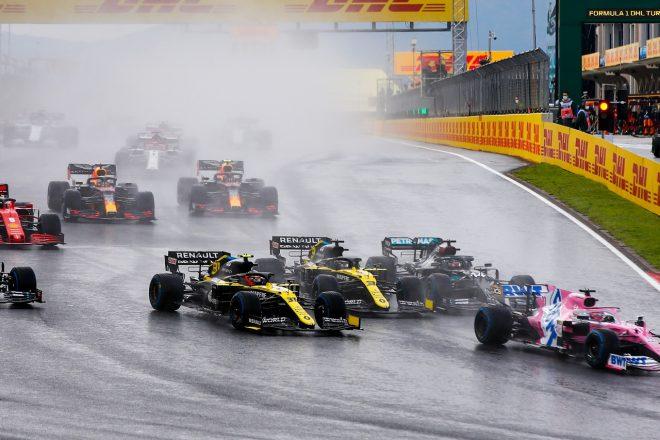 2020年F1第14戦トルコGP スタート直後、ルイス・ハミルトン(メルセデス)とエステバン・オコン(ルノー)に挟まれる形になったダニエル・リカルド(ルノー)