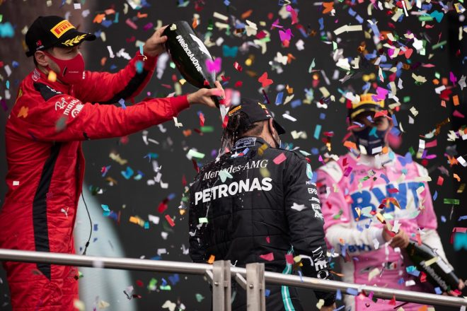 2020年F1第14戦トルコGP表彰台 3位セバスチャン・ベッテル(フェラーリ)、優勝ルイス・ハミルトン(メルセデス)、2位セルジオ・ペレス(レーシングポイント)