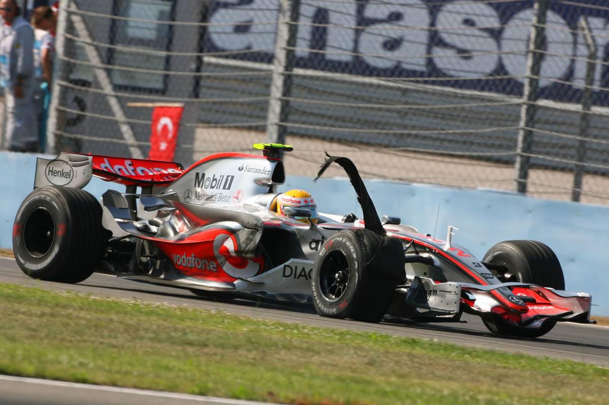 """2007年F1第12戦トルコGP ルイス・ハミルトン(マクラーレン・メルセデス)の右フロントタイヤが""""チャンキング""""に見舞われ、バーストしてしまった"""