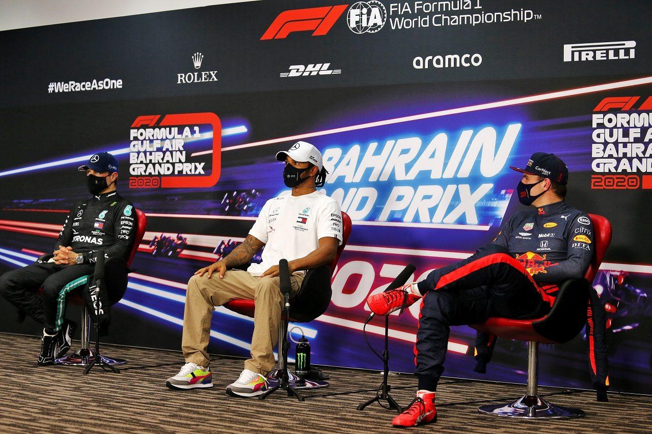 2020年F1第15戦バーレーンGP予選トップ3会見 ポールポジションのルイス・ハミルトン(メルセデス)、2番手バルテリ・ボッタス(メルセデス)、3番手マックス・フェルスタッペン(レッドブル・ホンダ)