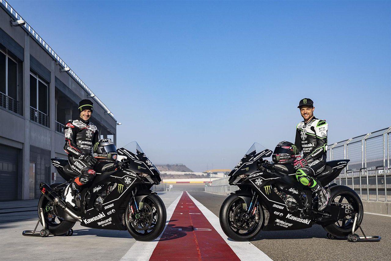 新型カワサキZX-10RRと写真を撮るジョナサン・レイとアレックス・ロウズ(カワサキ・レーシングチーム・ワールドSBK)