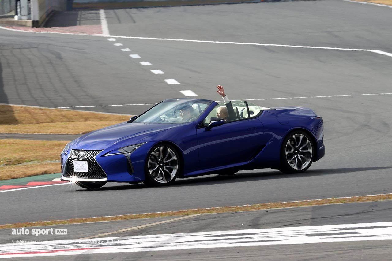 スーパーGT:最終戦も室屋義秀が魅せた! GT参戦メーカーの車両たちと競演