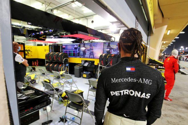 2020年F1第15戦バーレーンGP決勝 事故の模様が映るモニターを見つめるルイス・ハミルトン(メルセデス)