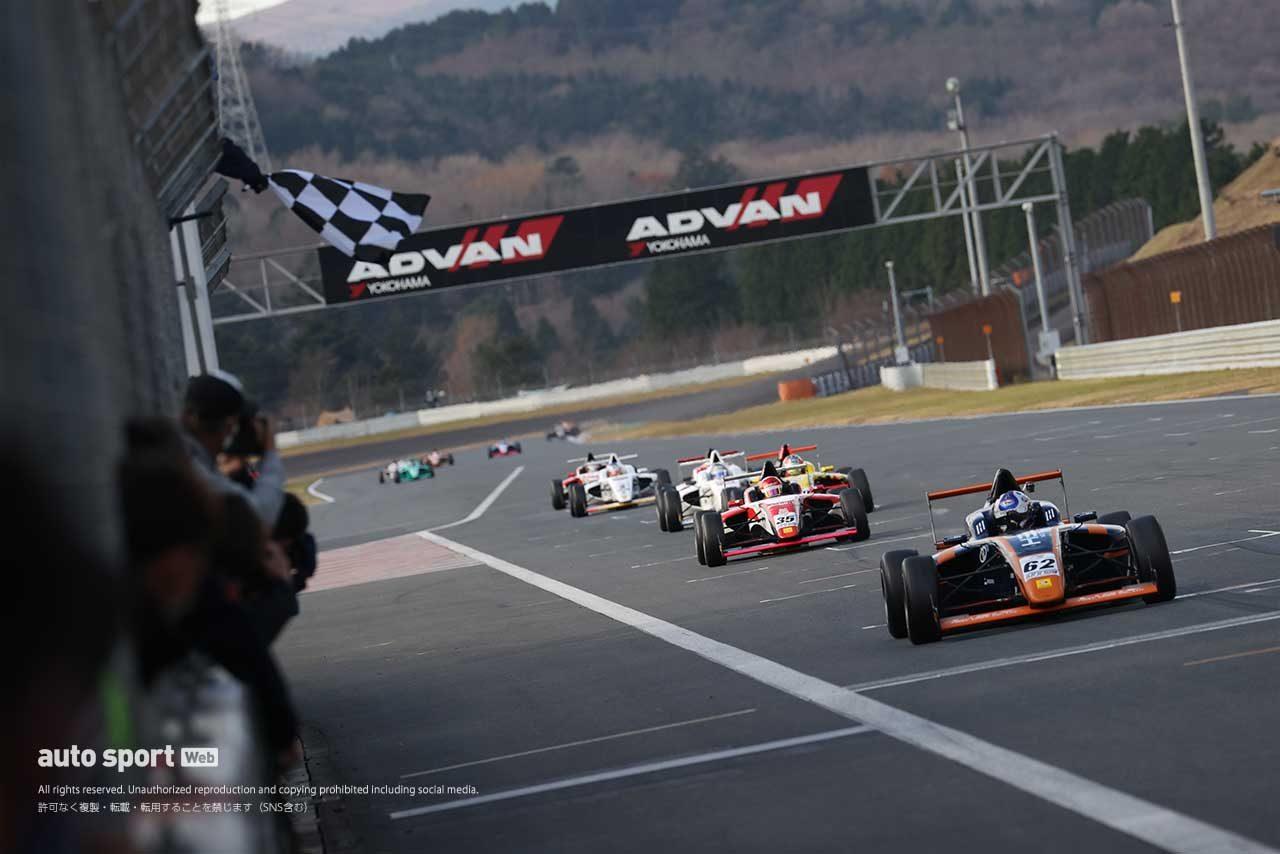 今季2度目のトップチェッカーを受ける平木玲次(HELM MOTORSPORTS F110)