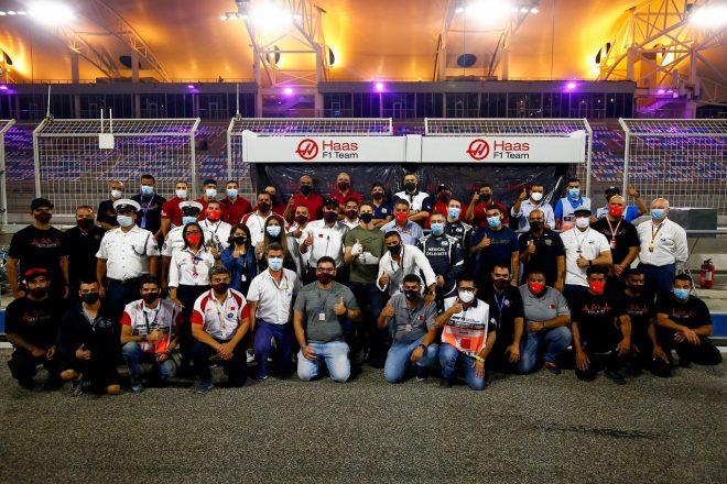 2020年F1第16戦サクヒール木曜 退院したロマン・グロージャン(ハース)がサーキットを訪れ、チームメンバー、メディカルチーム、マーシャルらと記念撮影