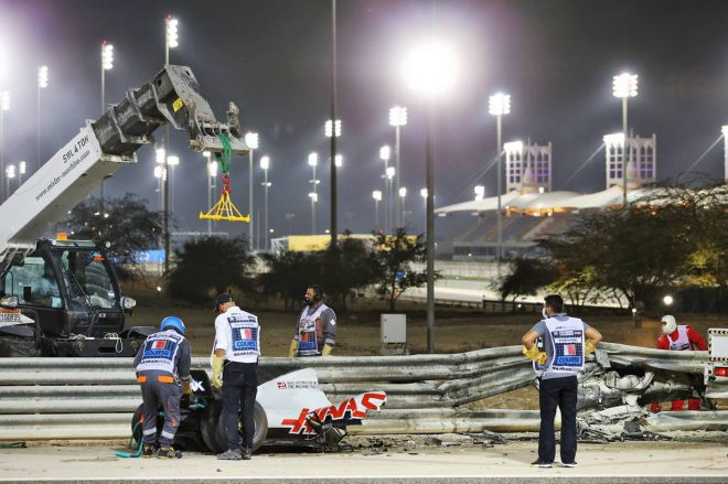 2020年F1第15戦バーレーンGP クラッシュし真っ二つになったロマン・グロージャン(ハース)のマシン。ガードレールにはモノコックが突き刺さっている