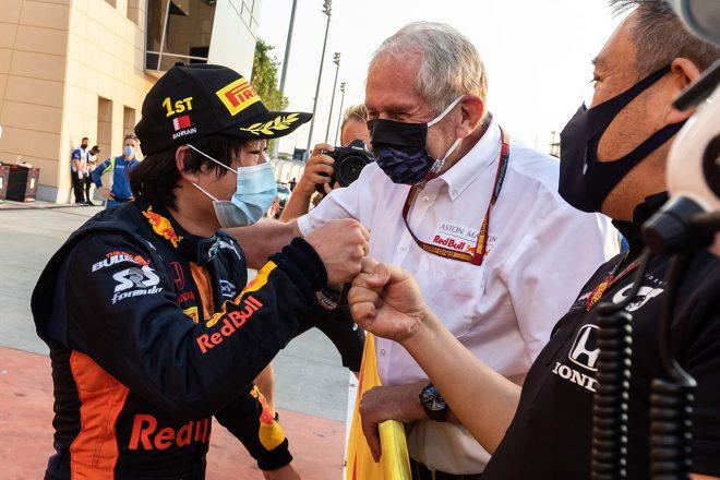 2020年FIA-F2第12戦バーレーンGP ヘルムート・マルコ博士、山本MDと優勝を喜ぶ角田裕毅(カーリン)