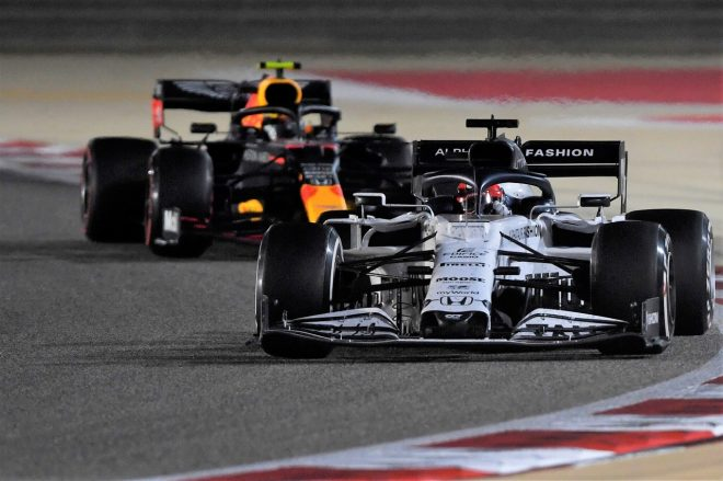 2020年F1第16戦サクヒールGP ダニール・クビアト(アルファタウリ・ホンダ)とアレクサンダー・アルボン(レッドブル・ホンダ)
