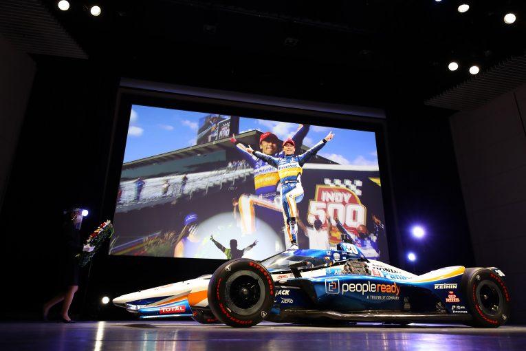 海外レース他   恒例のファンクラブミーティングでグリコポーズを披露した佐藤琢磨「インディ500優勝はファンに支え続けていただいたおかげ」