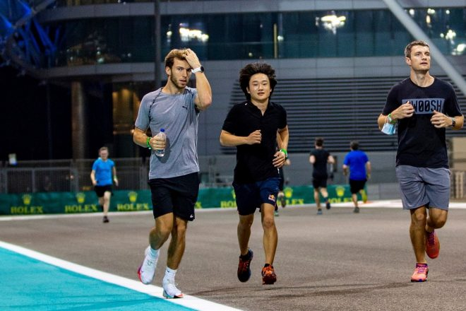 2020年F1第17戦アブダビGP木曜 角田裕毅がピエール・ガスリー(アルファタウリ・ホンダ)とともにコース下見