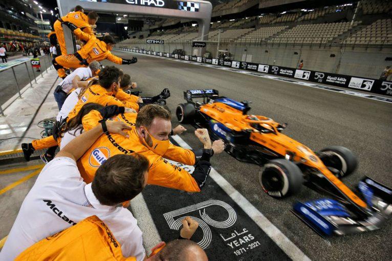 F1   【F1第17戦無線レビュー(3)】逆転で選手権3位。サインツJr.が「みんなはそれを手にする資格がある」と称賛