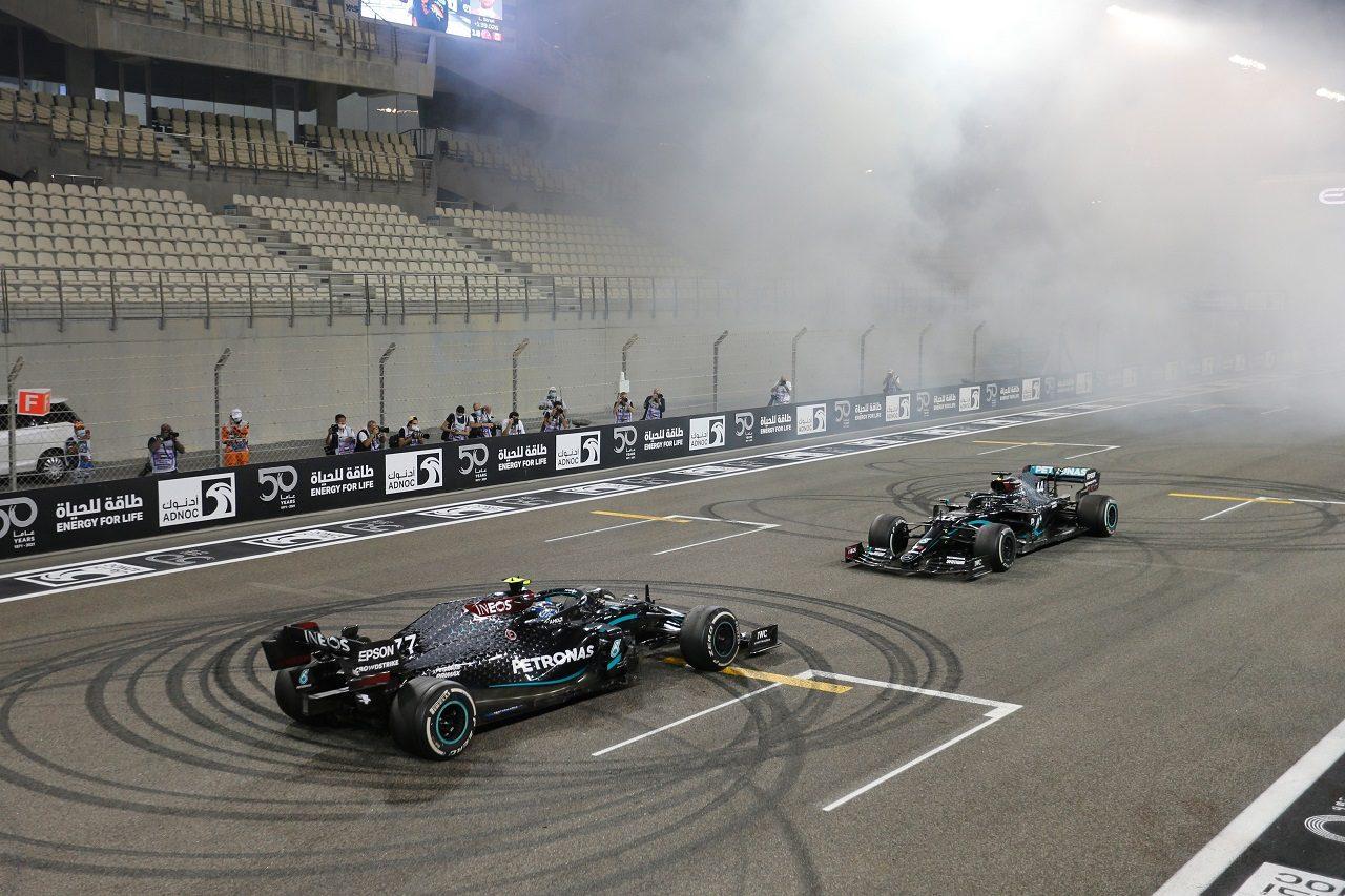 2020年F1第17戦アブダビGP 決勝後、ルイス・ハミルトン(メルセデス)とバルテリ・ボッタス(メルセデス)がドーナツターン